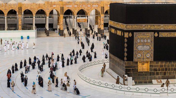 Pelegrinët 'e imunizuar' në Mekë shënojnë fillimin e Ramazanit